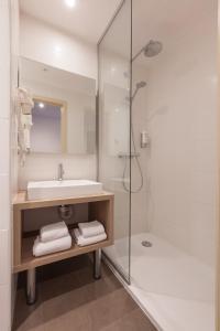A bathroom at Hotel Villa Royale