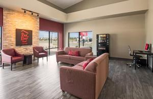 The lounge or bar area at Red Roof Inn & Suites Austin East - Manor