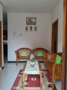 A restaurant or other place to eat at Lusi Homestay