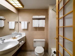 A bathroom at Inn at Laurel Point