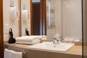 A bathroom at Hotel Carlos 96