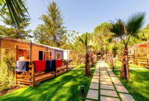 A garden outside Delle Rose Camping & Glamping Village