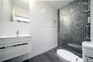 A bathroom at Mentone Hotel - B&B