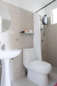 A bathroom at Isla Gecko Resort