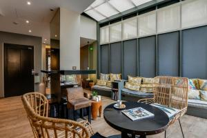 The lounge or bar area at Legend Saint Germain by Elegancia