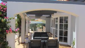 Un patio o zona al aire libre en Villa Rochelle