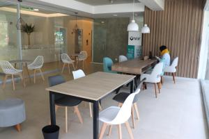 A restaurant or other place to eat at Cayma Apart's V