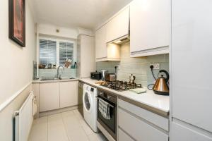 A kitchen or kitchenette at NEW Fantastic 1BD Crystal Palace Flat in London