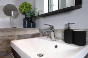 A bathroom at Roseland Apartment 4