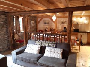 The lounge or bar area at Les Granges de la Fontaine