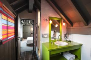 Salle de bains dans l'établissement La maison rouge 3*