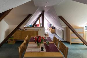 Ein Restaurant oder anderes Speiselokal in der Unterkunft Wernigerode - Die bunte Stadt am HARZ