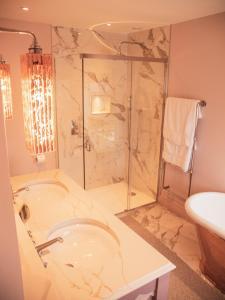 A bathroom at Grosvenor Hotel