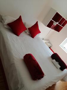 Een bed of bedden in een kamer bij Daddy Long Legs Art Hotel