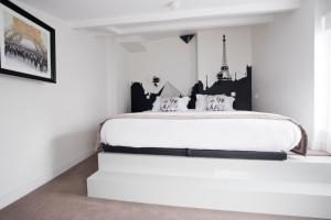 A bed or beds in a room at Boutique Hôtel Konfidentiel