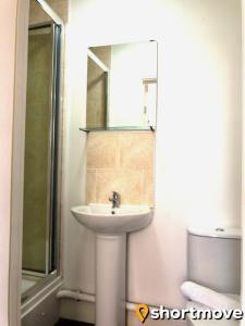 A bathroom at SHORTMOVE - Modern Studios, Wifi, Smart TVs, Parking