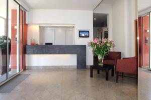De lobby of receptie bij Ambassador Hotel
