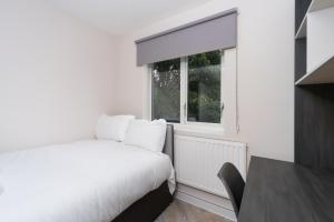 A bed or beds in a room at Nice Ensuite Room - Good Area - Quick Links Central