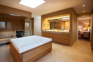 A bathroom at Spa & Resort Bachmair Weissach