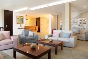 The lounge or bar area at MASSOURI BEACH HOTEL
