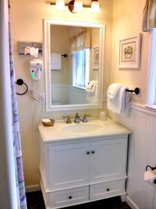A bathroom at Green Gables Motel & Suites