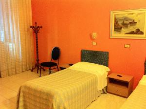 A bed or beds in a room at Hotel Pensione Romeo