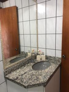 A bathroom at Costa do Marfim vista do mar, 2 vagas de garagem
