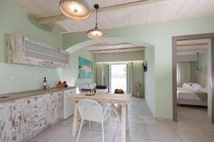 Een keuken of kitchenette bij Anthemis Hotel Apartments