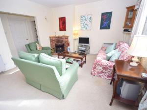 The lounge or bar area at Pepper Pot Cottage