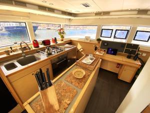 A kitchen or kitchenette at Catamaran Mercurey