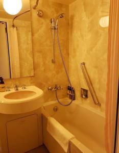 A bathroom at ANA Crowne Plaza Hotel Nagasaki Gloverhill, an IHG Hotel