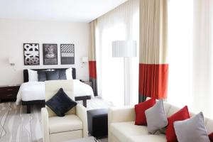 The lounge or bar area at Staybridge Suites Yas Island Abu Dhabi, an IHG Hotel