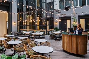 Ein Restaurant oder anderes Speiselokal in der Unterkunft Staybridge Suites The Hague - Parliament, an IHG Hotel