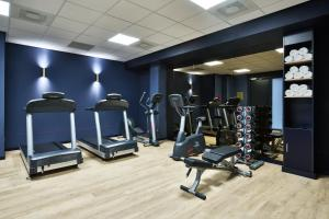 The fitness centre and/or fitness facilities at Staybridge Suites The Hague - Parliament, an IHG Hotel