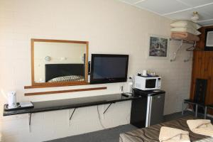 A television and/or entertainment center at Nhill Oasis Motel