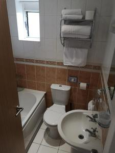 A bathroom at Invicta Hotel