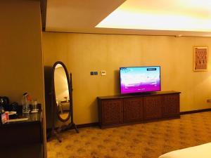 Uma TV ou centro de entretenimento em Al Rahden Hotel