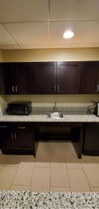 A kitchen or kitchenette at Holiday Inn Express Pittsburgh West - Greentree, an IHG Hotel