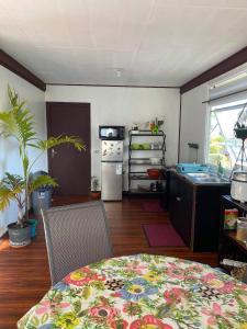 A cozinha ou cozinha compacta de Logement entier dans écrin de verdure