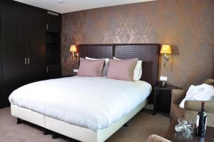 A bed or beds in a room at Fletcher Hotel Jan van Scorel