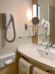 A bathroom at ibis Marseille Bonneveine Calanques Plages