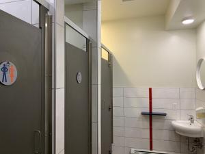 A bathroom at Jasper Downtown Hostel