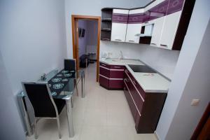 Кухня или мини-кухня в Апартаменты У Аэропорта