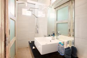 Ein Badezimmer in der Unterkunft The Point Beach-Front Balangan