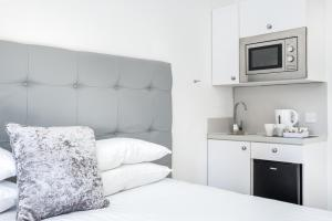 A kitchen or kitchenette at Kelpies Serviced Apartments