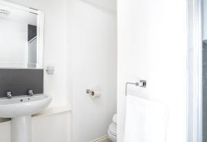 A bathroom at Kelpies Serviced Apartments