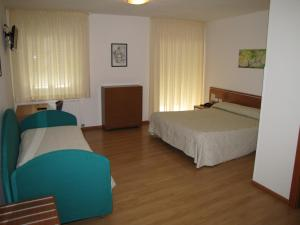 A bed or beds in a room at Hotel Scaranò