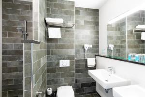 A bathroom at Bastion Hotel Leeuwarden