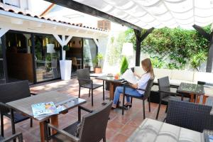 A restaurant or other place to eat at Hotel Domus