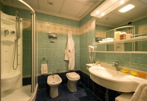 A bathroom at Grand Hotel Admiral Palace